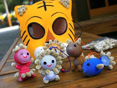 小朋友们可以在爸爸妈妈的陪同下彩绘老虎面具,黏上银柳粒,完成自